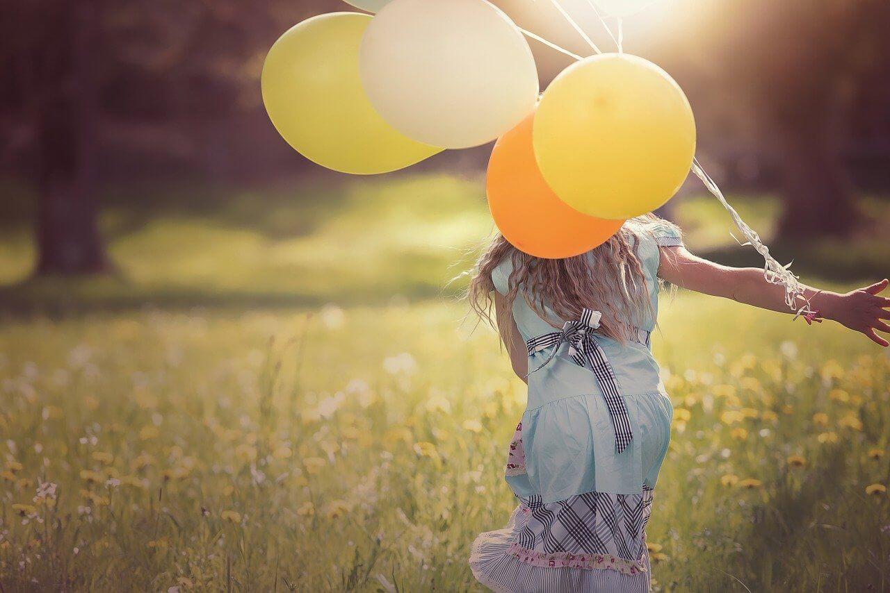 風船を持つ少女